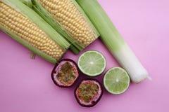 Fruits et légumes mélangés sur Pale Pink Background images libres de droits