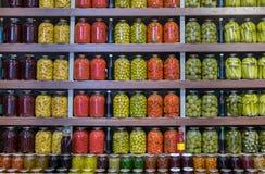 Fruits et légumes marinés à vendre au marché de ville bakou photos libres de droits