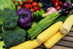 Fruits et légumes organiques sains images stock