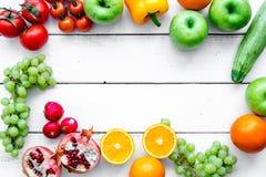 Fruits et légumes pour le dîner sain sur la moquerie blanche de vue supérieure de fond  photographie stock libre de droits