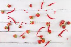 Fruits et légumes rouges sur un blanc sur un fond en bois Images stock