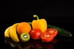 Fruits et légumes sains frais sur le fond noir Images libres de droits