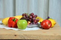 Fruits et légumes sur l'étiquette en bois ; e Photos stock