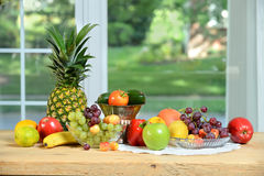 Fruits et légumes sur la table en bois Image libre de droits