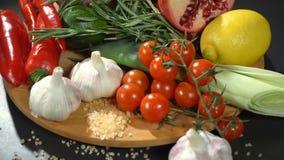 Fruits et légumes sur la table clips vidéos