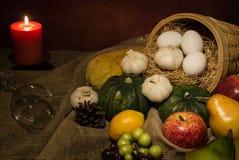 Fruits et légumes toujours de récolte de la vie photographie stock libre de droits