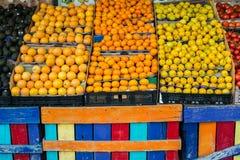 Fruits et légumes tropicaux colorés dans les paniers dans l'étagère d'épicerie Image libre de droits