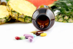 Fruits et médecines. Images libres de droits