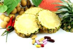 Fruits et médecines placés près des cosmétiques. Image libre de droits