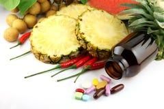 Fruits et médecines placés près des cosmétiques et des légumes. Photographie stock