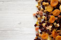 Fruits et m?lange secs d'?crou sur un fond en bois blanc, vue sup?rieure A?rien, d'en haut, configuration plate L'espace pour le  images stock
