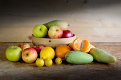 Fruits et panier sur la table en bois, Photo libre de droits