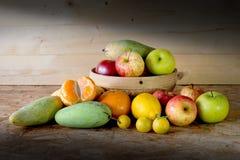 Fruits et panier sur la table en bois, Photos stock