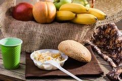 Fruits et salade avec le petit pain Images stock