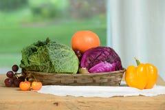 Fruits et Vegatables sur un panier Photos libres de droits