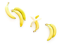 Fruits exotiques Bananes mûres fraîches sur le copyspace blanc de vue supérieure de fond Photos libres de droits
