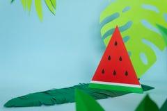 Fruits exotiques faits de papier sur le fond bleu photographie stock libre de droits