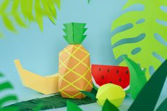 Fruits exotiques faits de papier sur le fond bleu photos libres de droits