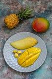 Fruits exotiques : mangue thaïlandaise coupée en tranches de ‹d'†de ‹d'â€, ananas et mang entier Photos stock
