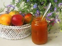 Fruits, fleurs et confiture sur la table Photographie stock libre de droits