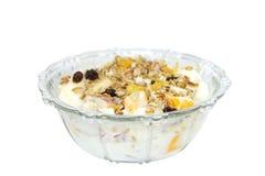 Fruits frais avec du yaourt et le museli au DOF peu profond Images libres de droits