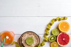 Fruits frais avec le ruban métrique au-dessus du fond en bois blanc Vue supérieure Images libres de droits