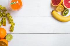 Fruits frais avec le ruban métrique au-dessus du fond en bois blanc Vue supérieure Photos libres de droits