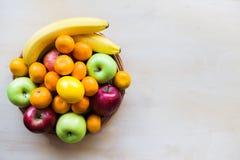 Fruits frais colorés au fond en bois Concept sain de style de vie Photographie stock libre de droits