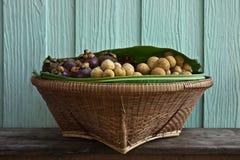 Fruits frais dans le panier Images stock