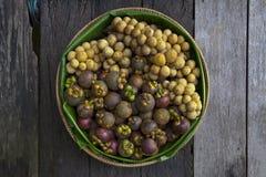 Fruits frais dans le panier Image libre de droits