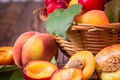 Fruits frais dans un panier images stock