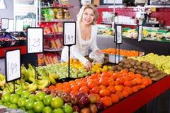 Fruits frais de achat de retraité féminin Photo stock
