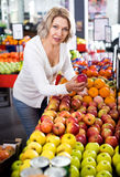 Fruits frais de achat de retraité féminin Photographie stock