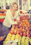 Fruits frais de achat de retraité féminin Photos libres de droits