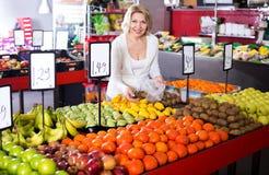 Fruits frais de achat de retraité féminin Images stock