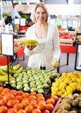 Fruits frais de achat de retraité féminin Image libre de droits