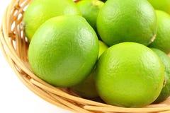 Fruits frais de chaux dans un panier Photo libre de droits