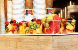 Fruits frais mélangés dans un verre - consommation saine photographie stock libre de droits