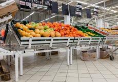 Fruits frais prêts pour la vente en Auchan Samara Store Photo libre de droits
