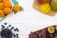 Fruits frais sur un fond blanc photo libre de droits