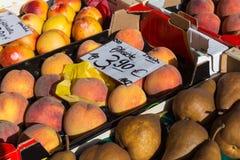 fruits frais sur un marché hebdomadaire local de l'Allemagne du sud images libres de droits