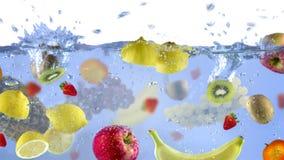 Fruits frais tirés comme ils ont submergé sous l'éclaboussure délicieuse de nourriture de fond de l'eau dans l'aquarium images libres de droits