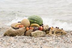 Fruits juteux d'été contre la mer bleue Photographie stock libre de droits