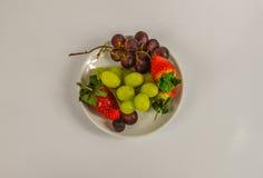 Fruits juteux frais, fraises, raisins rouges et raisins blancs Photos libres de droits