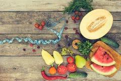 Fruits, légumes et dans la bande de mesure dans le régime Photos stock