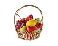 Fruits mélangés dans le panier de rotin sur le fond blanc Image stock