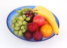 Fruits mélangés dans une cuvette bleue Photo libre de droits