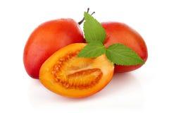 Fruits mûrs coupés en tranches de tamarillo sur le blanc Images libres de droits
