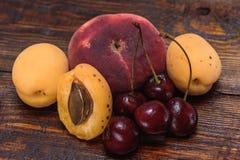 Fruits mûrs et doux sur le fond en bois foncé Photos libres de droits
