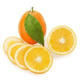 Fruits oranges mûrs frais avec des lames de coupure et de vert d'isolement Image stock